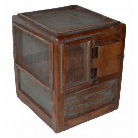Starý drevený kabinet