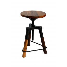Otočná stolička vyrobená z dreva