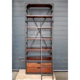 Veľký regál zo železa a dreva so železným rebríkom