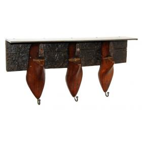 Alte Holzschuhformen in Kleiderbügel und Regal