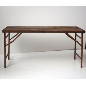 Esstisch aus braunem Holz