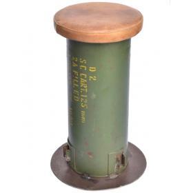 Metallstuhl im Militärdesign