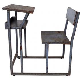 Schulbank aus Metall und Holz