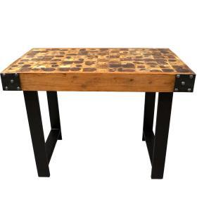Krásny stôl s kovovými nohami