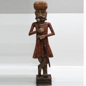 Vysoká drevená socha