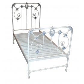 Pekná a romantická kovová posteľ