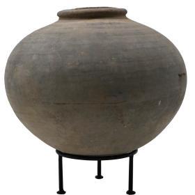 Hlinená nádoba s kovovou nohou